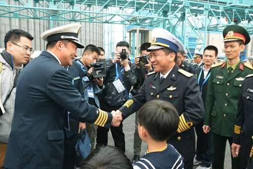 越南015号和011号舰艇抵达中国青岛参加多国海军活动 hinh anh 1