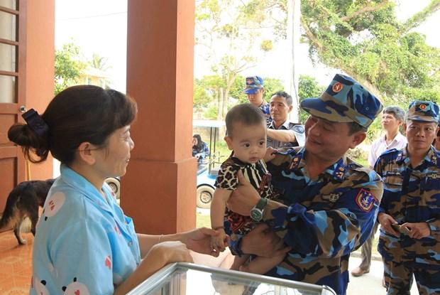 越南海警与渔民同行 hinh anh 2