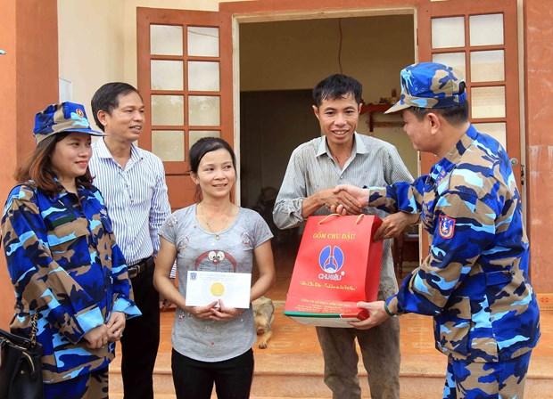 越南海警与渔民同行 hinh anh 1