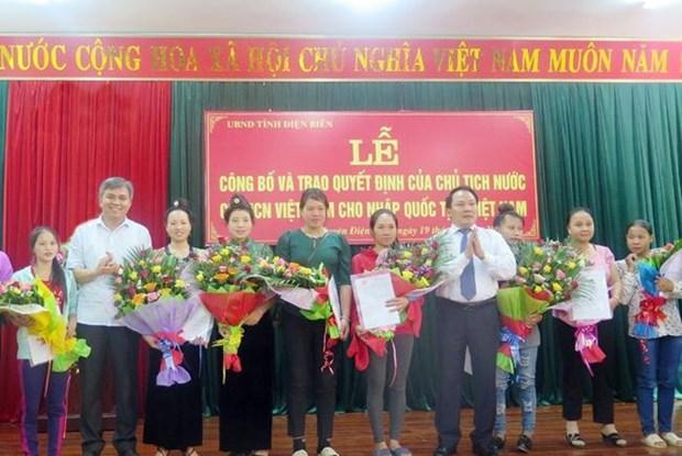 越南向76名老挝人颁发入籍证书 hinh anh 1