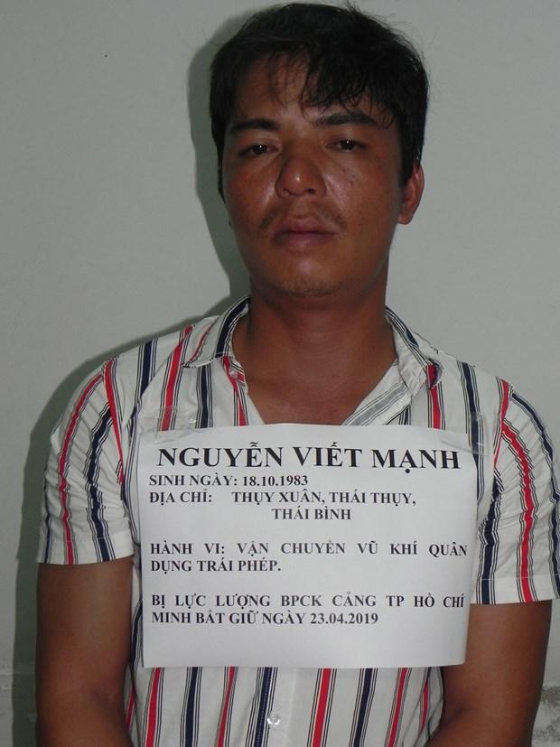 胡志明市边防抓获一名携带军用枪支非法入境的嫌犯 hinh anh 2