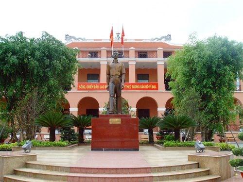 南方解放、国家统一44周年:胡志明市领导上香缅怀英雄烈士 hinh anh 1