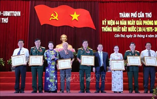 越南国会主席阮氏金银出席芹苴市解放日44周年纪念典礼 hinh anh 2