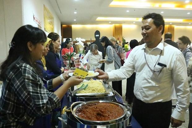 东盟美食义卖活动在印度尼西亚举行 hinh anh 1