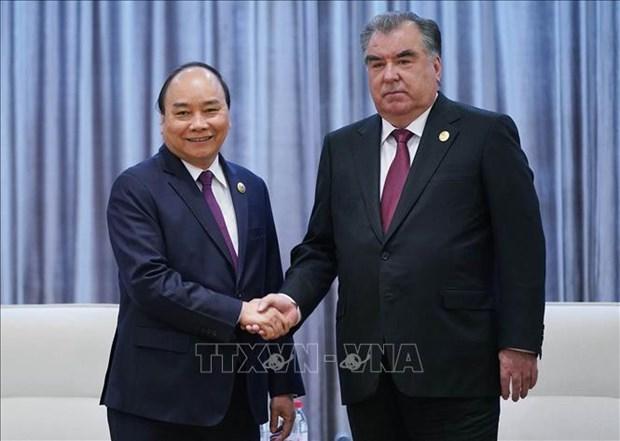 阮春福总理会见塔吉克斯坦总统埃莫马利•拉赫蒙 hinh anh 1