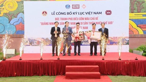 下龙市白斋坊陶瓷浮雕彩色壁画进入越南的纪录 hinh anh 1