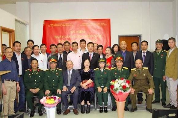 海外越南人纷纷举行越南南方解放、国家统一44周年纪念活动 hinh anh 1