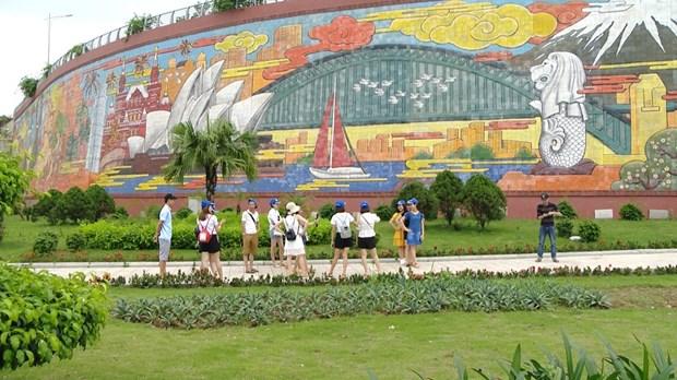 下龙市白斋坊陶瓷浮雕彩色壁画进入越南的纪录 hinh anh 2