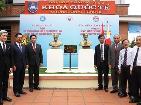 胡志明主席和菲律宾民族英雄扶西·黎刹塑像正式揭幕 hinh anh 1