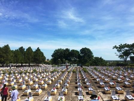 在老挝牺牲的26位烈士在九号公路国家烈士陵园安息 hinh anh 1