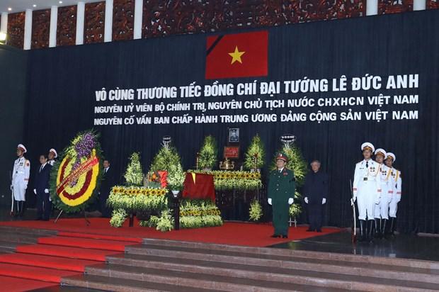 越南原国家主席黎德英吊唁仪式在庄严肃穆的气氛中举行 hinh anh 1