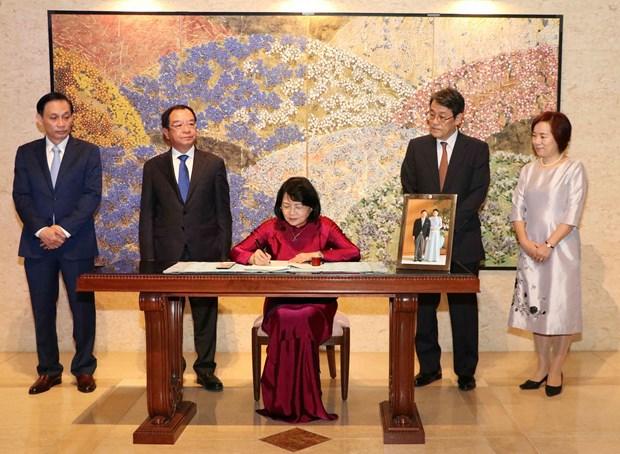 邓氏玉盛前往日本驻越大使馆向日本新天皇德仁即位表示祝贺 hinh anh 1