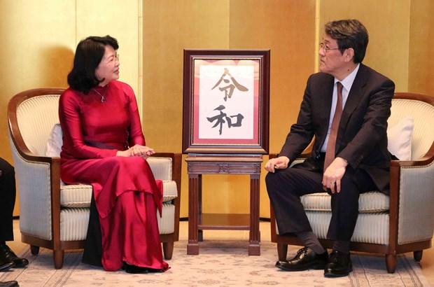 邓氏玉盛前往日本驻越大使馆向日本新天皇德仁即位表示祝贺 hinh anh 2