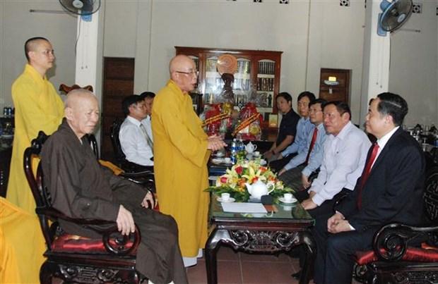 越南祖国阵线中央委员会主席在广治省开展佛诞节走访慰问活动 hinh anh 2
