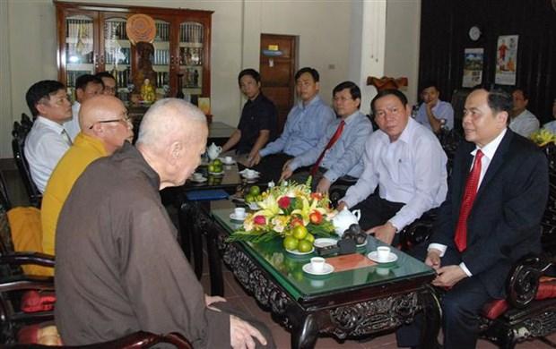 越南祖国阵线中央委员会主席在广治省开展佛诞节走访慰问活动 hinh anh 1