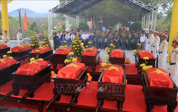 承天顺化省为18具在老挝牺牲的越南烈士遗骸举行追悼会和安葬仪式 hinh anh 1