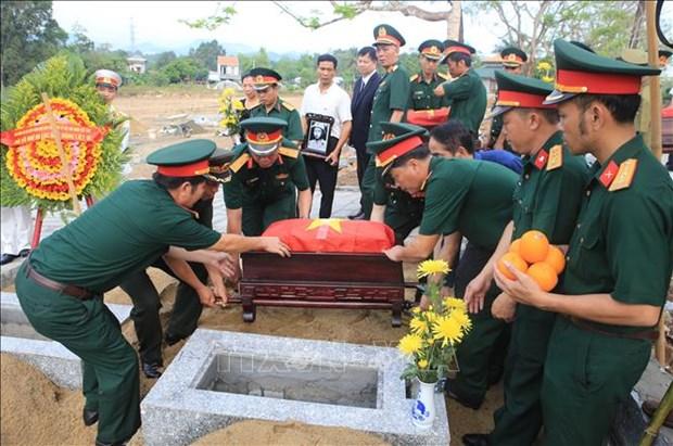 承天顺化省为18具在老挝牺牲的越南烈士遗骸举行追悼会和安葬仪式 hinh anh 2