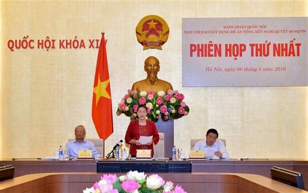 越共中央政治局关于越南法律体系建设决议总结工作指委会召开首次会议 hinh anh 2