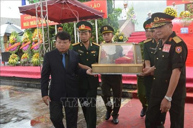 河静省为援老牺牲的越南志愿军和专家烈士举行追悼会和安葬仪式 hinh anh 1