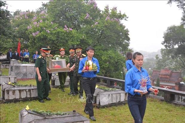 河静省为援老牺牲的越南志愿军和专家烈士举行追悼会和安葬仪式 hinh anh 2