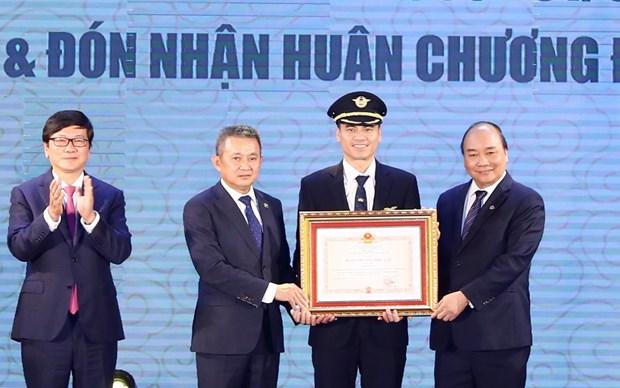 越南政府总理阮春福出席越南航空总公司919飞行团成立60周年纪念活动 hinh anh 1