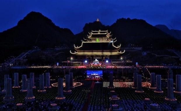 2019年联合国卫塞节:越南政府副总理范平明出席祈求世界和平的花灯祈福法会 hinh anh 3