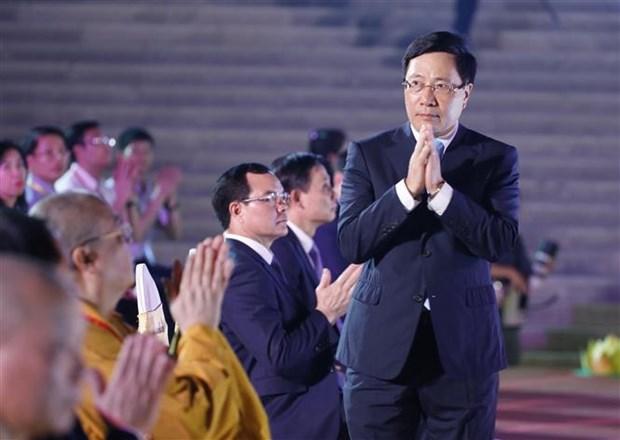 2019年联合国卫塞节:越南政府副总理范平明出席祈求世界和平的花灯祈福法会 hinh anh 2