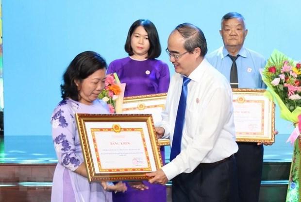 学习与践行胡志明思想、道德、作风的392名模范代表获表彰 hinh anh 1
