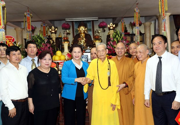 国会主席阮氏金银造访越南佛教教会法主释普慧长老 hinh anh 1