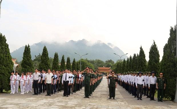清化省为18具在老挝牺牲的越南烈士遗骸举行追悼会和安葬仪式 hinh anh 2