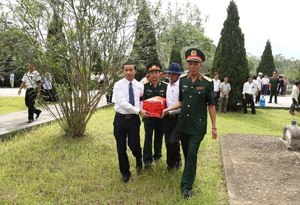 清化省为18具在老挝牺牲的越南烈士遗骸举行追悼会和安葬仪式 hinh anh 1