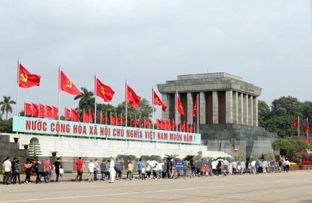 胡志明主席诞辰129周年:前来拜谒胡志明主席陵墓的游客达1万多人次 hinh anh 1