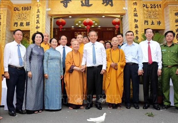 政府常务副总理张和平前往胡志明市开展佛诞节走访慰问活动 hinh anh 2