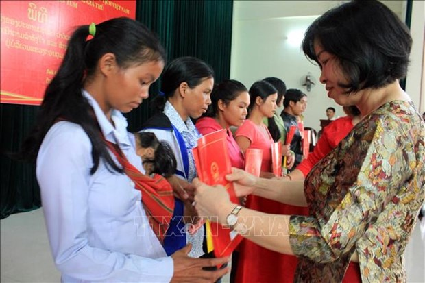 崑嵩省38名老挝公民入籍越南 hinh anh 1