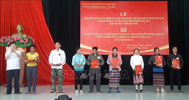 崑嵩省38名老挝公民入籍越南 hinh anh 2