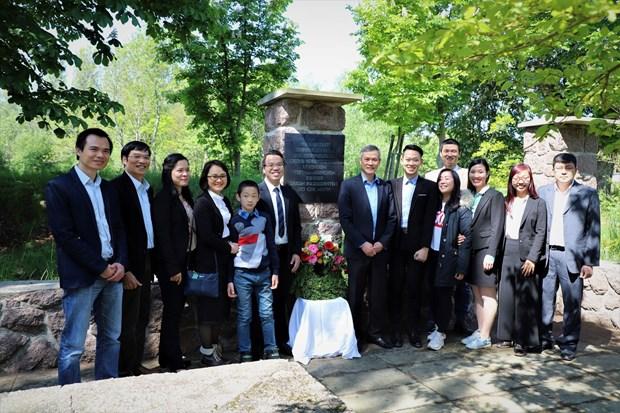 旅居德国越南人代表团前往德国胡伯伯纪念区敬献鲜花 hinh anh 1