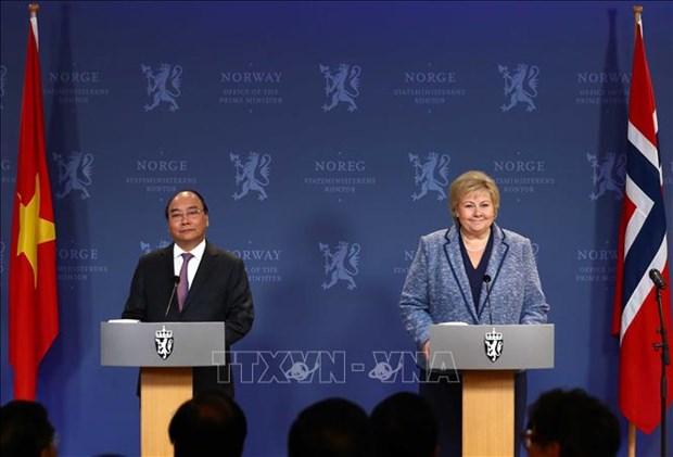 政府总理阮春福与挪威总理索尔贝格共同会见记者 hinh anh 1