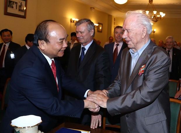 阮春福总理与俄越友好协会和俄罗斯援越老军事专家协会代表举行会面 hinh anh 2
