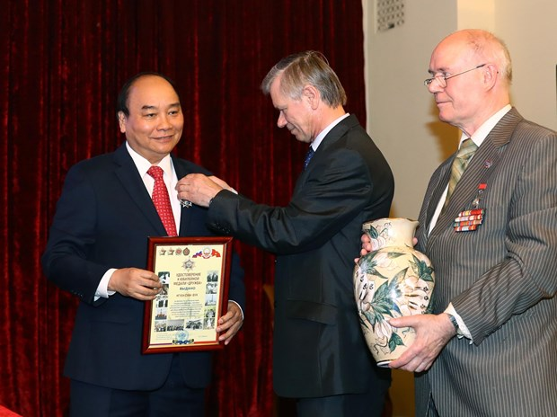阮春福总理与俄越友好协会和俄罗斯援越老军事专家协会代表举行会面 hinh anh 1
