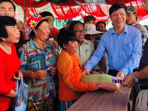 越南跨部门工作代表团走访慰问旅居柬埔寨磅清扬省越裔柬埔寨人 hinh anh 1