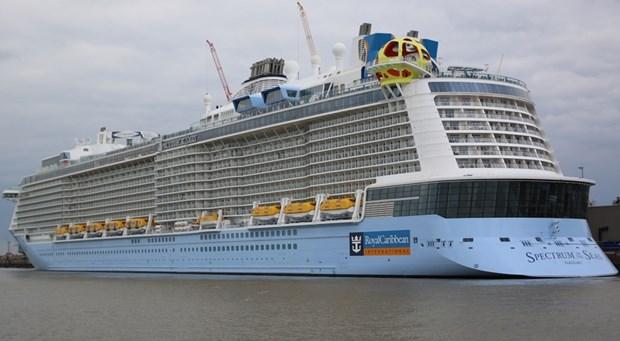 """搭载5700多名游客的美国皇家加勒比""""海洋光谱号""""邮轮抵达越南 hinh anh 1"""