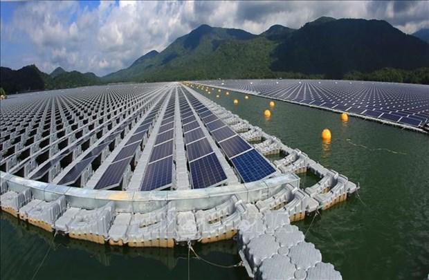 越南首家太阳能发电厂在水库上面建成投运 hinh anh 1