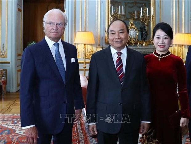 越南政府总理阮春福会见瑞典国王卡尔十六世·古斯塔夫 hinh anh 1