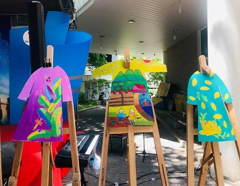 岘港市残疾儿童将自己梦想画在奥黛上 hinh anh 1