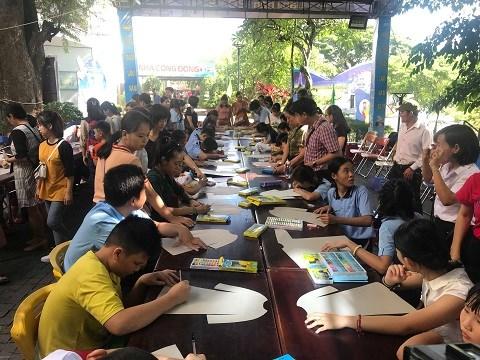 岘港市残疾儿童将自己梦想画在奥黛上 hinh anh 2
