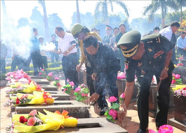 嘉莱省为17具在柬埔寨牺牲的越南烈士遗骸举行追悼会和安葬仪式 hinh anh 2