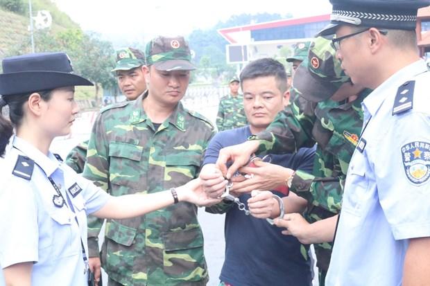 越南警方向中国警方移交4名中国籍通缉在逃犯 hinh anh 1