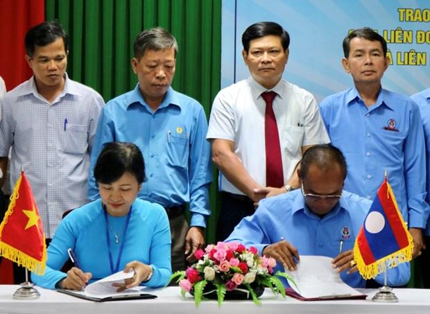 越南承天顺化省同老挝萨拉弯省携手保护劳动者的权益 hinh anh 1