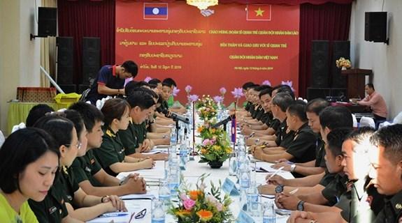 越南与老挝两国军队青年军官加强合作与交流 hinh anh 1
