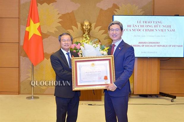 越南向韩越议员友好小组主席金贺勇授予友谊勋章 hinh anh 1